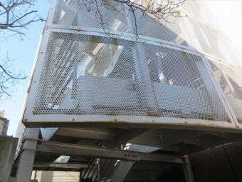 マンション共用階段の落下防止外壁はアルミ製パンチメッシュ板
