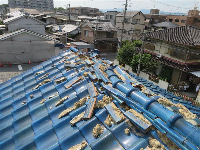 茨木市で地震に遭った瓦屋根は大棟が崩れる被害が出た。熨斗瓦、紐丸(冠瓦)が屋根の上で散乱し二次被害が待ち受けています。