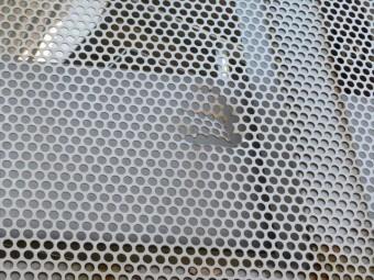 マンション共用階段の落下防止外壁であるアルミ製パンチメッシュ板が何者かに破られた