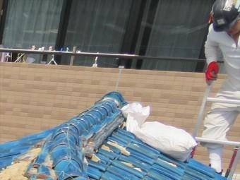 屋根工事では1日に何度も屋根を上り下りします