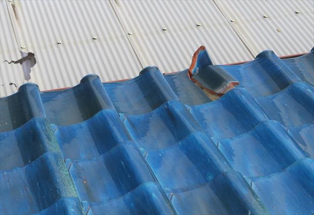大屋根から落下した瓦はベランダ屋根の波板を割ってしまった