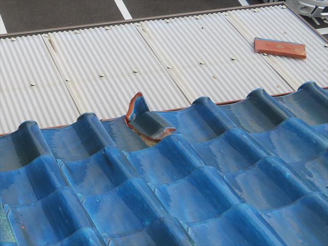 茨木市の地震で大棟が崩れた瓦屋根では、熨斗瓦、紐丸(冠瓦)が滑り落ちて屋根から落ちそうになっている。