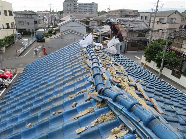 茨木市で屋根に風災を受けたお宅は、風が吹き寄せる道に2方を囲まれ、三差路はより多くの風を道が運び込みます。隣接するモータープールなどの広い空間も風の集積を助長します。