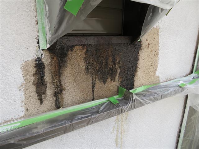換気扇の吹き出し口は油分を含んだ排気がモルタルに油シミができています。