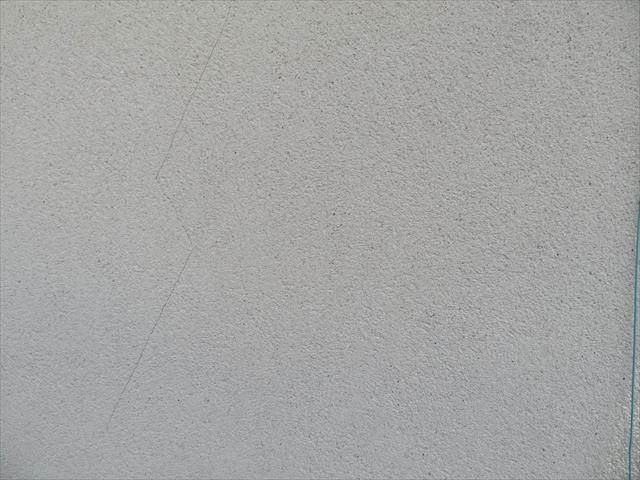 外壁のひび割れ(クラック)は地震で生じる場合もあれば、乾燥と湿潤の中で起こる伸縮で生じていく場合もある