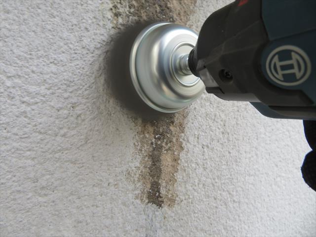 碗型ホイルでモルタル外壁の油シミを研磨して落とします。