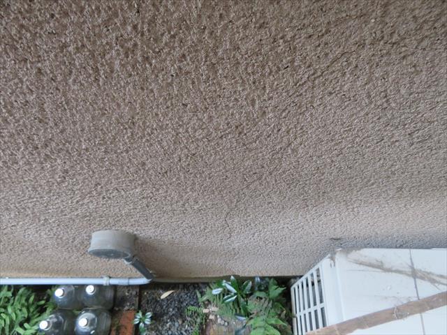 モルタル掻き落とし外壁は表面の凹凸が多く、その抵抗はローラー塗装の進行を妨げます。