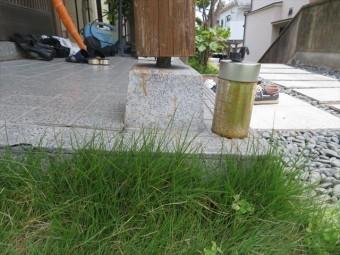 大阪北部地震の影響で玄関外のタイル仕上げのたたき土間が沈下して、支柱と石基礎の間に隙間ができてしまった。