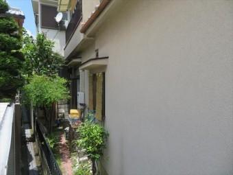 築35年のモルタル外壁でも、雨水や湿気を含んでいない状態では、リシン吹き付けの現在色を保っています。
