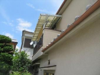 晴れた日のモルタル外壁はオーソドックスなアイボリー色の外観を保っていますが、風を伴った雨の後は濃い色に変色します