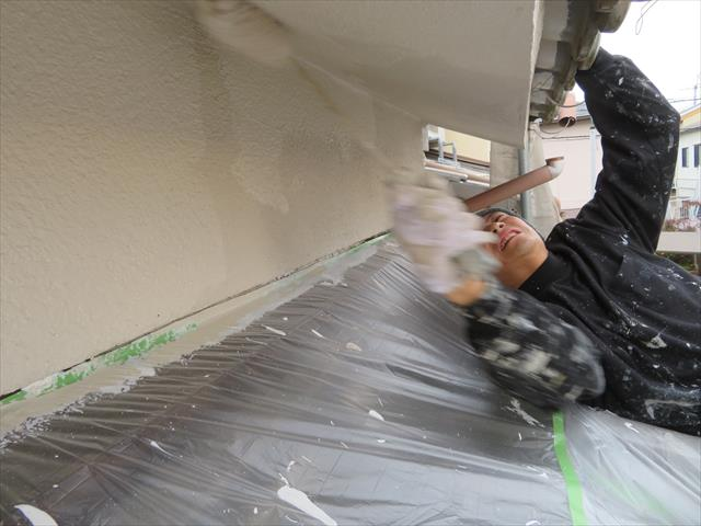 古いモルタル外壁から雨水が入り込み、雨漏り症状で悩まれる方が多くあります。調べてみるとリシン吹き付け外壁から雨漏りしていた事例が多くあります。