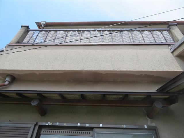 高槻市で屋根が地震被害に遭ったお宅を見上げても屋根表面が十分に見えないのでやはり屋根に登っての調査が必要です。
