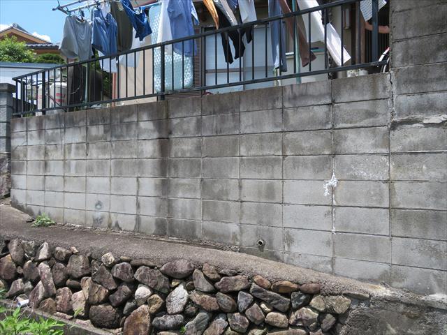 大阪北部地震はしっかり築造されたブロック擁壁も揺らし、地盤が緩む分だけ建物が揺れてクラックが入る結果となった
