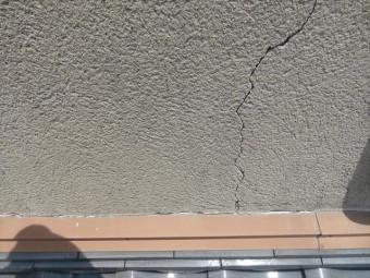 高槻市を襲った大阪北部地震は家のモルタル外壁に多くのひび割れ(クラック)を生じさせた