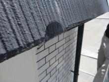 軒先の屋根材が破損すると、破損した1枚だけの交換では済まない場合があります