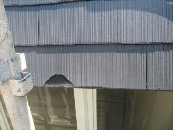 足場が地震で揺れ、屋根の軒先に衝突したことでコロニアルが割損した
