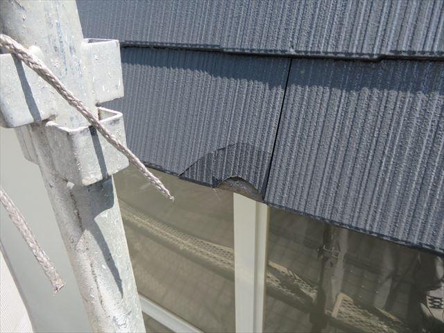 地震で揺れた足場が屋根の軒先に衝突してカラーベストが割れた