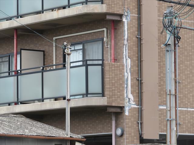 大阪北部地震ではマンションの外壁タイルが大きく剥がれ、雨漏りが始まった事例が多発しました。