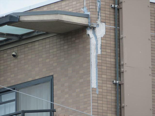 マンション外壁タイルも剥落してしまうほどの揺れが襲った大阪北部地域