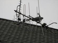 強風では大屋根の上のアンテナが倒壊して瓦を割っていることもあります