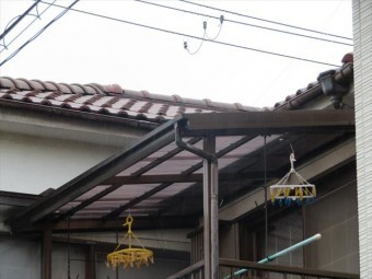 屋根と屋根の接合部分の直下で雨漏りが始まっています