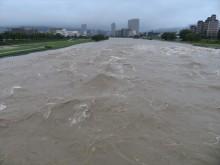 宝塚市の中心部を流れる武庫川も濁流が音を立てて流れ氾濫寸前です
