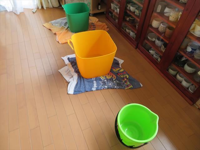 雨漏りしたら慌てずまずはバケツと雑巾を用意して二次被害を防いでください。雨降りの最中でも対策が出来る場合があります。