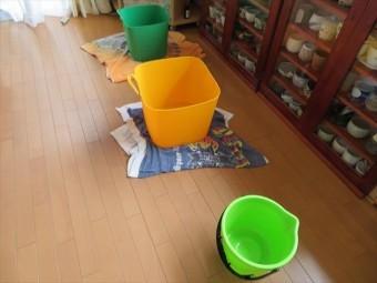 リビングルームの雨漏りはバケツで受けてぞうきんで拭きあげる応急処置をして晴れ間を待ちます