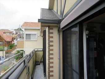 奥行きの違う部屋のための子屋根から流れ落ちる雨水も結構な水量になるので、FRP防水の割損箇所からは大量の雨水が流入する