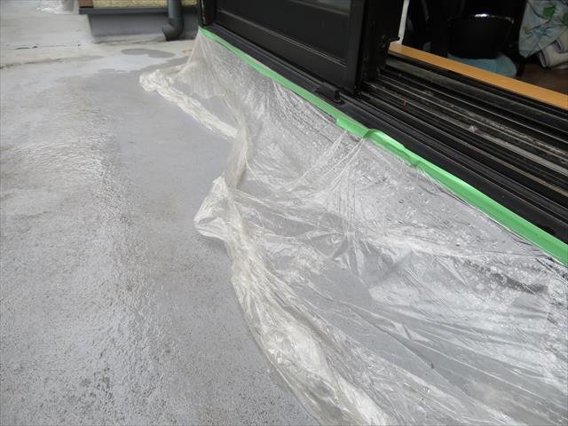 マスカーは建築作業の養生に使用しますが、雨漏りの応急処置にも十分に使えます