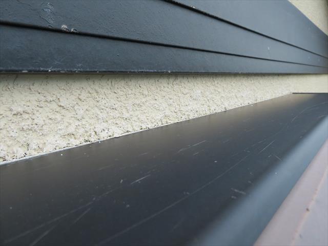 サッシ窓の天端もよく確認します。雨水を受ける構造の天端の点検は見落としてはいけません
