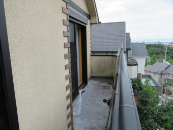 リビングの真上で屋根の働きをしているバルコニーの防水能力が落ちて雨漏りが始まった