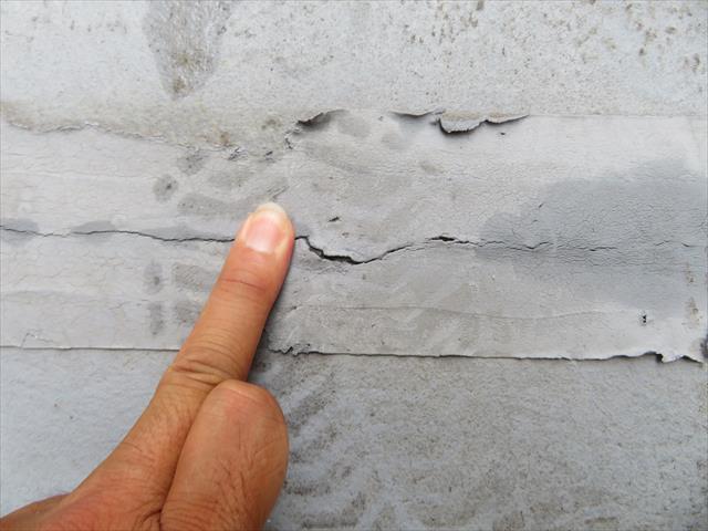 FRP防水のテープ補修箇所を触診すると内部が割れていることが、押すと凹むことから断定できます