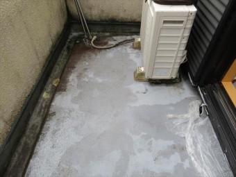 バルコニーのドレンを詰まらせると雨水がプールのように貯まり、サッシを釣り超えて室内と階下の部屋に雨水が達する。