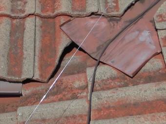 瓦と瓦、谷板金の小さな隙間にレンズを忍び込ませて内部の状況を確認すると雨漏り原因がわかる