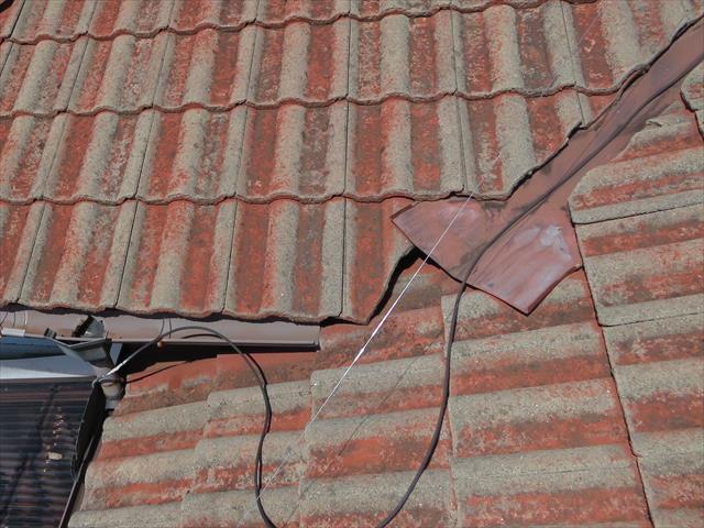 雨漏り箇所の直上は2つの屋根が接合しているが、谷板金もしっかり入っていて雨漏りしそうにない状態です