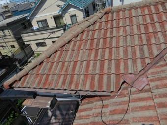寄棟屋根と寄棟屋根が組み合わさった屋根は、棟が多く谷も存在し、典型的な雨漏り箇所が点在します