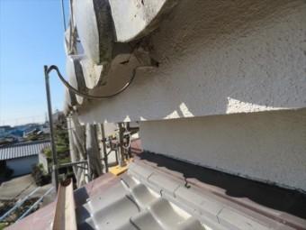 寄棟屋根は軒先全周に軒樋が設置されています。切妻屋根に比べ軒樋の使用数量は倍以上に登ります。