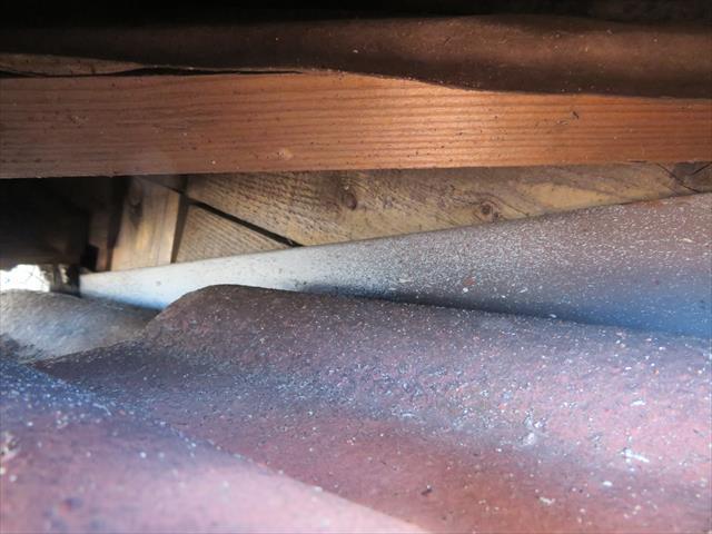 屋根と屋根の接合部分の内部が木地むき出しでは雨仕舞が不完全と言わざるを得ません