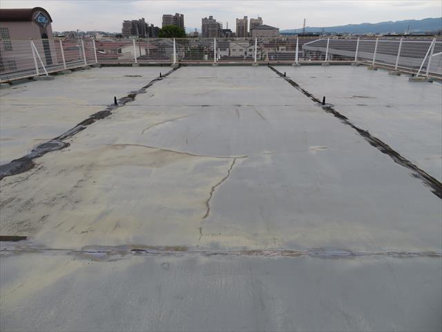 コンクリートのような表面が見えてなく、その表面が一定に広がっている状態は、ウレタン防水工法