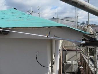 軒樋を受け止める支持金具にスケールを当てると、明らかに水勾配がつきすぎている事が判ります。これも足場が架けられなければ判らない事の一つです。
