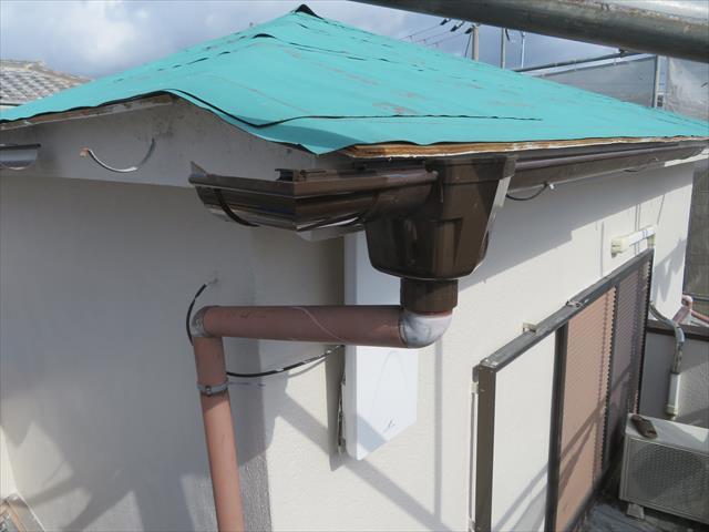 隅に配置する「曲がり」の位置を正確に出し、コーナーまでの軒樋の長さを割り出し、定寸の材料を切断します。