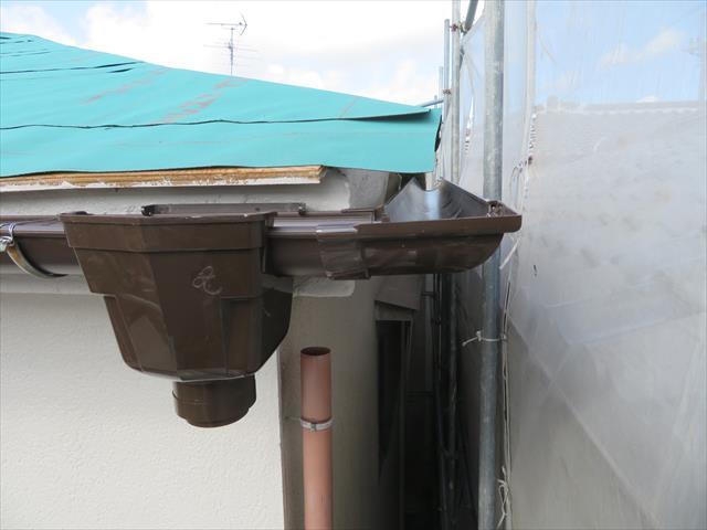 コーナー部分には曲がりと軒樋を仮接続したものを配置し、直角の軒樋が芯と芯に位置するよう確かめてから最終の固定作業に入ります。