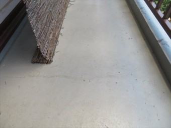 ベランダ土間のウレタン防水塗膜に微妙ながら亀裂が入り始めている事が解る