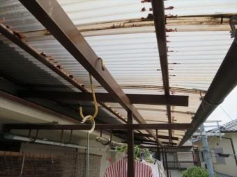 ベランダ屋根の支柱は鉄製で、施主様自身で塗装されたときにはみ出した塗料で波板を汚していたことが気になっていた