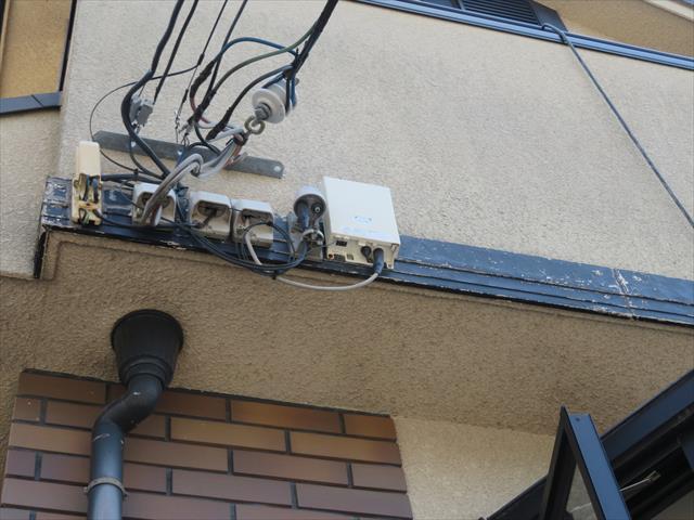 バルコニー外壁に設置されたアクセントの幕板天端から雨水が侵入することがある