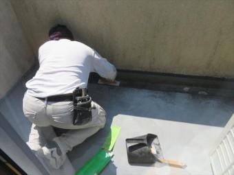 FRP防水の下地処理はケレン作業で表面を平滑にします