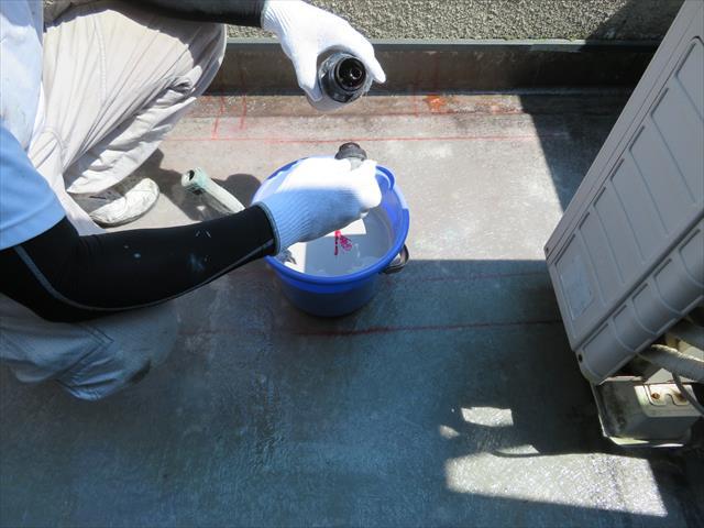 FRP樹脂は硬化剤が添加された瞬間から化学反応を開始しますので、すばやく一気に樹脂を塗布します
