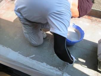 FRP防水の中塗り樹脂も立ち上がり部分を優先して進めます