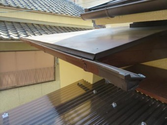 玄関ポーチの軒樋についている集水器が大屋根から落下してきた瓦が直撃して割れて無くなった